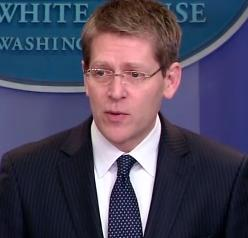 English: Jay Carney giving a press briefing.